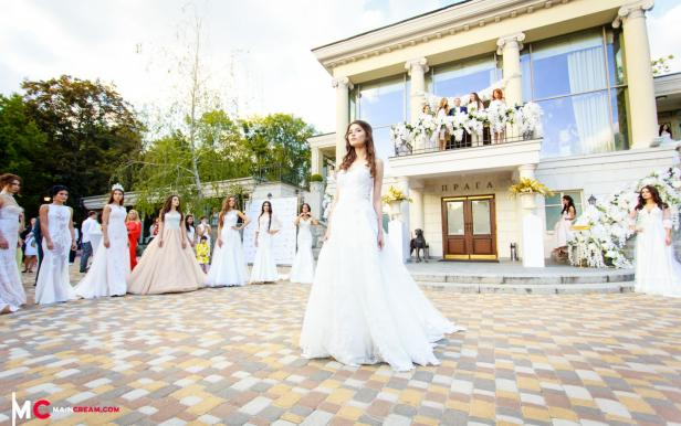 Debut of contestants Miss Ukraine 2016 at show of Enna Levoni